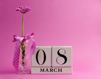 Rosa Themakalender für den Tag der internationalen Frauen, 8. März - mit Exemplarplatz. Stockbild