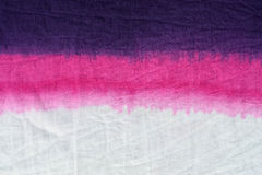 Rosa Tonbindungsfärbungs-Musterbad färbte Technik auf Baumwollgewebehintergrund Stockfotos