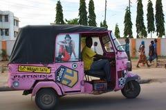 Rosa tuktuk mombasa Arkivbilder