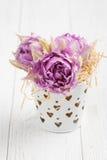 Rosa tulpan i hjärta formad tenn- hink royaltyfria foton