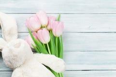 Rosa tulpan och kanin kort easter Royaltyfri Bild