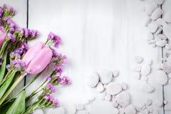 Rosa tulpan på en vit träbakgrund fotografering för bildbyråer