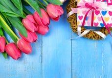 Rosa tulpan på träblå bakgrund Befruktningferie, mars 8, dag för moder` s Lekmanna- lägenhet och kopieringsutrymme Royaltyfri Fotografi