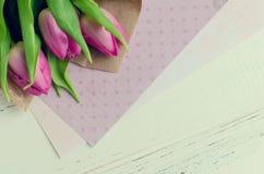 Rosa Tulpen auf weißem schäbigem schickem Hintergrund lizenzfreie abbildung