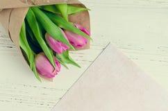 Rosa Tulpen auf weißem schäbigem schickem Hintergrund Lizenzfreie Stockfotos