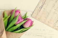 Rosa Tulpen auf weißem schäbigem schickem Hintergrund Stockfotos