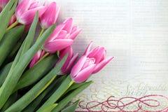 Rosa Tulpen auf Weinlesepapierhintergrund Stockbild