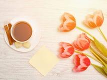 Rosa Tulpen, leeres Blatt Papier, Becher Kaffee und cinamon, Li Stockbild