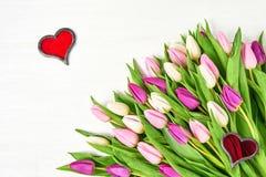 Rosa Tulpen mit roten Herzen auf weißem hölzernem Hintergrund Kopieren Sie Platz Valentine Day, Heiratskonzept Stockbild