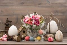 Rosa Tulpen und farbige Ostereier Stockbild