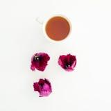 Rosa Tulpen und Teebecher lokalisiert auf weißem Hintergrund Ausführliche vektorzeichnung Flache Lage Beschneidungspfad eingeschl Stockfotos