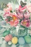 Rosa Tulpenblumen, Schmetterlinge und Ostereier Lizenzfreie Stockfotografie