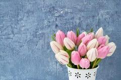Rosa Tulpenblumenstrauß im weißen Vase auf blauem Hintergrund Feiertagshintergrund, Kopienraum Valentine Day, Muttertag, Geburtst Lizenzfreie Stockfotos