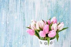 Rosa Tulpenblumenstrauß im weißen Vase auf hellblauem Hintergrund Feiertagshintergrund, Kopienraum Valentine Day, Muttertag, Gebu Stockfotografie