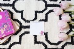 Rosa Tulpenrahmen über skandinavischer Wolldecke Weißes schwarzes Muster Enthalten Sie Steigungs- und Ausschnittsmaske Kopieren S Stockfoto