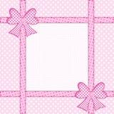 Rosa Tupfenhintergrund mit Geschenkbögen und -bändern Stockfoto