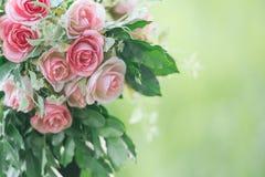 Rosa tyg steg blommabouquetappning på grön bakgrund med Royaltyfria Bilder