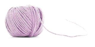 Rosa ull clew, bollen för handarbetegarn som isoleras på vit bakgrund Arkivfoto