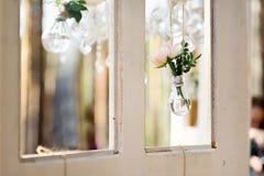 Rosa in una lampadina di vetro Fotografia Stock