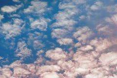 Rosa und blaue Farben des schönen drastischen Himmels mit Wolken Abstra Lizenzfreie Stockbilder