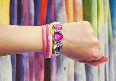 Rosa und gelbe Armbänder lizenzfreies stockbild