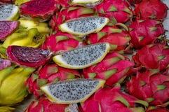 Rosa und gelbe Drachefrüchte Stockfoto