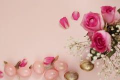 Rosa und Gold-Ostereier Pastell-Ostern-Konzept mit Eiern, Blumen und Federn Schlagkräftige Pastelle Stockbild