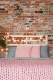 Rosa und graues Bett lizenzfreies stockfoto