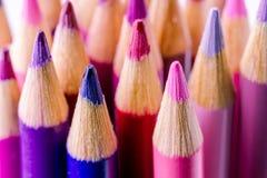 Rosa und Purpur farbige Bleistifte Stockfotos