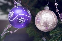 Rosa und purpurrote Christbaumkugeln Stockfotos