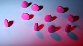 Rosa und purpurrote Pillen stockbild
