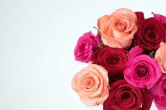 Rosa- und Rotrosenblumenstrauß auf niedrigerem Recht über Weiß stockbild