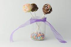Rosa- und Schokoladenkuchenknalle Stockfotos