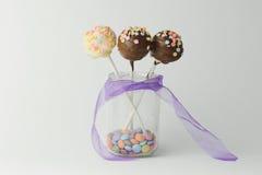 Rosa- und Schokoladenkuchenknalle Stockfoto