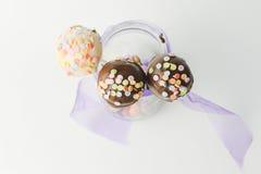 Rosa- und Schokoladenkuchenknalle lokalisiert Lizenzfreie Stockfotos