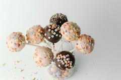 Rosa- und Schokoladenkuchenknalle lokalisiert Lizenzfreie Stockbilder