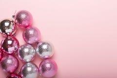 Rosa und silberne Weihnachtsbälle auf einem Papierhintergrund lizenzfreies stockfoto