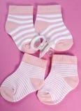 Rosa und weiße Streifensocken der Babykindertagesstätte Lizenzfreie Stockfotografie
