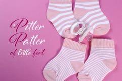 Rosa und weißer Streifen sockswith Beispieltext der Babykindertagesstätte Stockfoto
