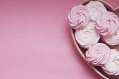 Rosa-und weißeselbst gemachte Eibische oder Zefir Rosa Erdbeerwüste über rosa Hintergrund Kopieren Sie Platz stockfotografie