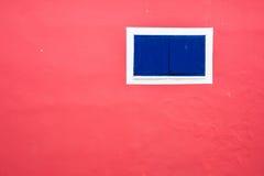 Rosa vägg med det blåa fönstret Arkivfoto