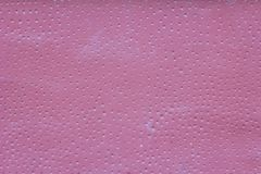 Rosa vägg med skrapor, små vita runda hål med skuggor och målarfärgfläckar Textur f?r grov yttersida royaltyfria bilder