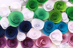 Rosa variopinta artificiale che è fatta a mano Immagine Stock