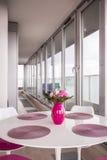 Rosa Vase auf Tabelle lizenzfreies stockbild