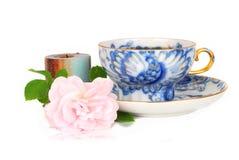 Rosa, vela e copo azul do T. foto de stock