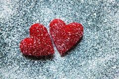 Rosa vermelha Cartão do dia dos Valentim Coração em um fundo de madeira Coração do amor Fotografia de Stock Royalty Free