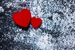 Rosa vermelha Cartão do dia dos Valentim Coração em um fundo de madeira Coração do amor Foto de Stock