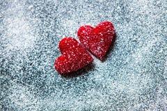 Rosa vermelha Cartão do dia dos Valentim Coração em um fundo de madeira Coração do amor Foto de Stock Royalty Free