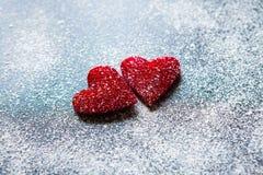 Rosa vermelha Cartão do dia dos Valentim Coração em um fundo de madeira Coração do amor Fotos de Stock