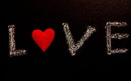Rosa vermelha Cartão do dia dos Valentim Coração em um fundo de madeira Coração do amor Imagem de Stock